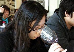 Expertos chinos durante la cata de vinos que se celebra estos días en Pekín.